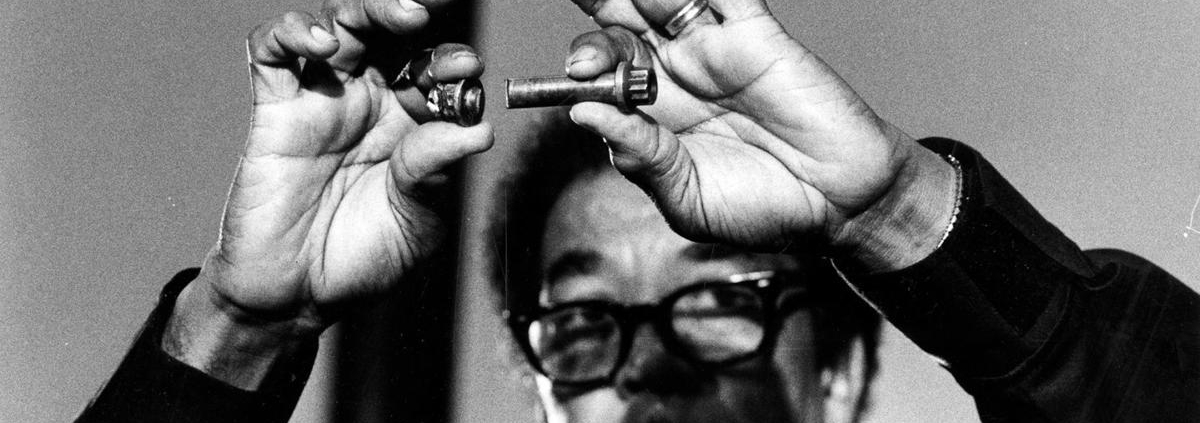 Elwood Driver of NTSB shows the nut and bolt that broke on American Airlines Flight 191, causing the engine to fall from the DC-10, May 27, 1979. Driver was holding a press conference at the Sheraton O'Hare Hotel, showing a fatigue fracture of the pylon bolt. (Don Casper/Chicago Tribune/TNS)